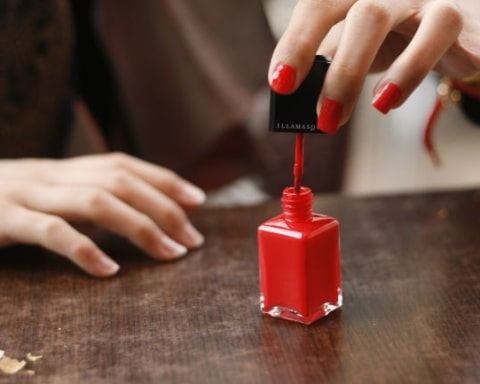 Red_nail_polish_in_application